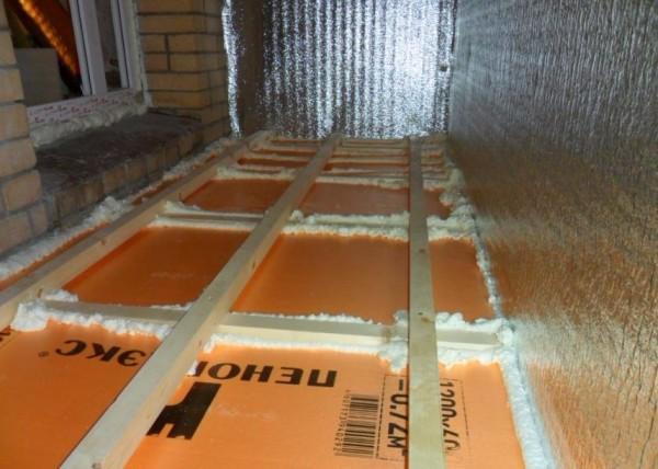 При использовании пеноплекса и других материалов с малой эластичностью щели нужно дополнительно задувать пеной