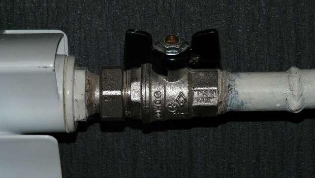 При одинаковой проходимости внешний диаметр стальной трубы меньше за счет более тонких стенок