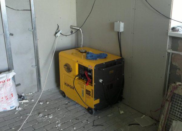 При размещении генератора внутри помещения нужно сделать систему отведения отработанных газов и обеспечить качественную вентиляцию