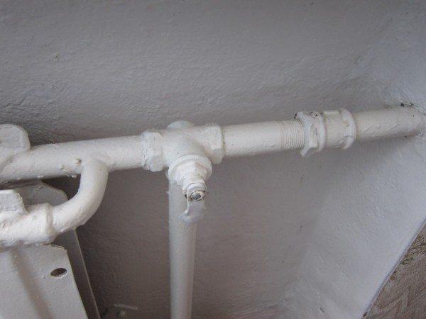 При таком положении рукоятки крана вся вода идет через перемычку.