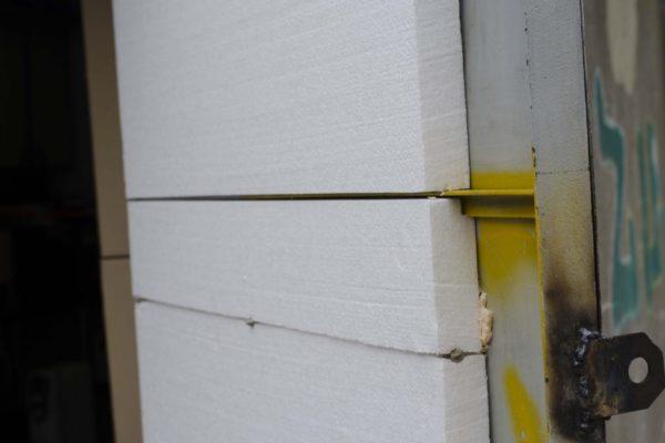 При утеплении гаражных ворот нужно крепить пенопласт особенно тщательно, так как конструкция подвергается перепадам температур