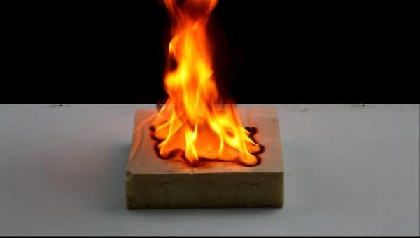 При значительном нагреве материал все-таки горит.