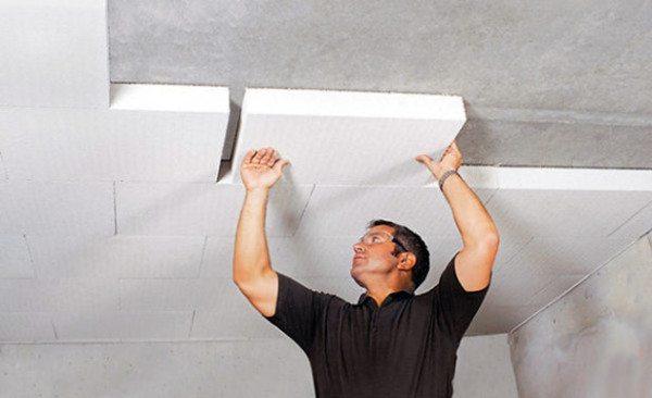 Приклеивание пенопласта на потолок