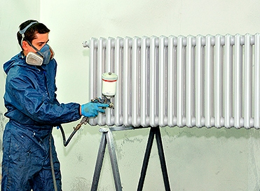 Применение краскопульта для нанесения покрытия.
