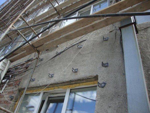 Пример монтажа кронштейнов на кирпичной стене