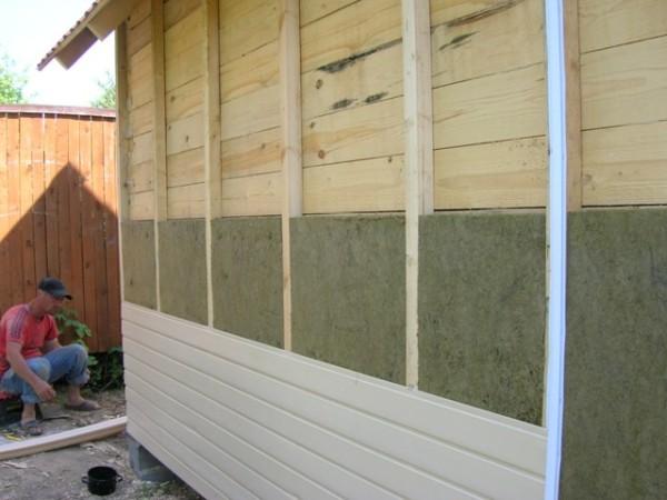 Пример неправильного проведения работ, без пароизоляции и вентиляционного зазора стены начнут гнить через несколько лет