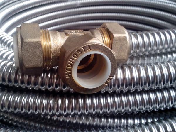 Производитель гарантирует работу трубы и фитингов при давлении не меньше 15 атмосфер.