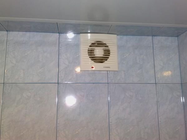 Простейшее решение - подключить вентилятор параллельно лампочке в санузле.