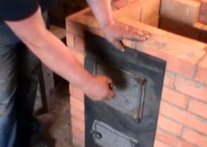 Процесс монтажа топочной дверцы