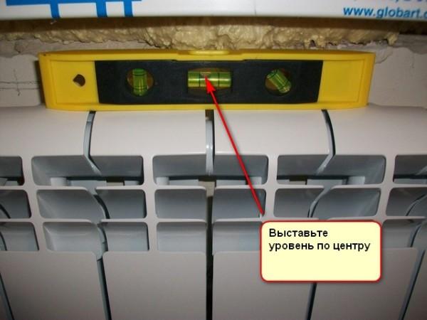 Радиатор устанавливается строго горизонтально.