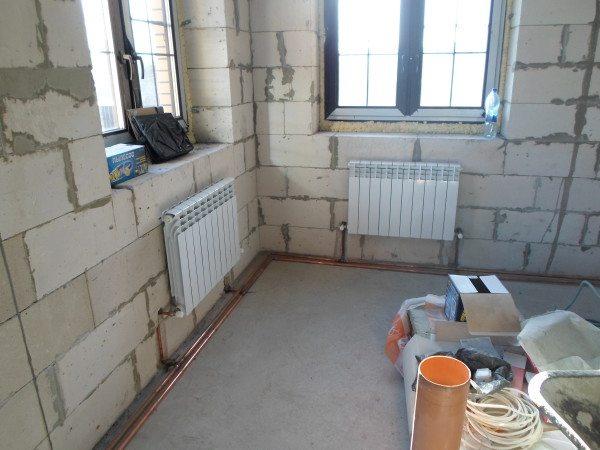 Радиаторы монтируются под окнами и создают тепловую завесу в проемах.