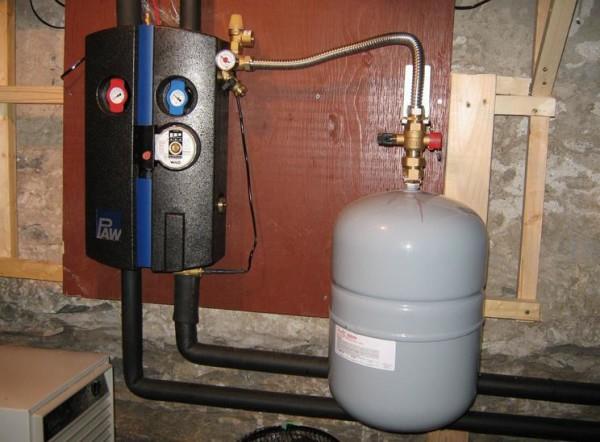 Расширительный бак для отопления закрытого типа: установка выполнена патрубком вверх.