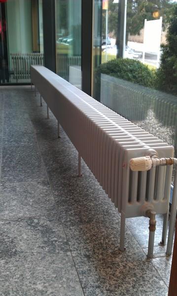 Размер радиаторов подбирается в расчете на наиболее холодные дни. Большую часть отопительного сезона пиковая тепловая мощность просто не нужна.