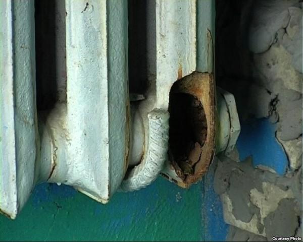 Размороженный радиатор подъездного отопления. Здесь достаточно отсоединить последние секции.