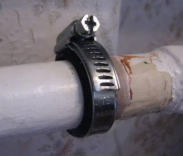 Резиновой прокладкой не обязательно опоясывать трубу, как на фото. Достаточно прижать ее к месту течи.