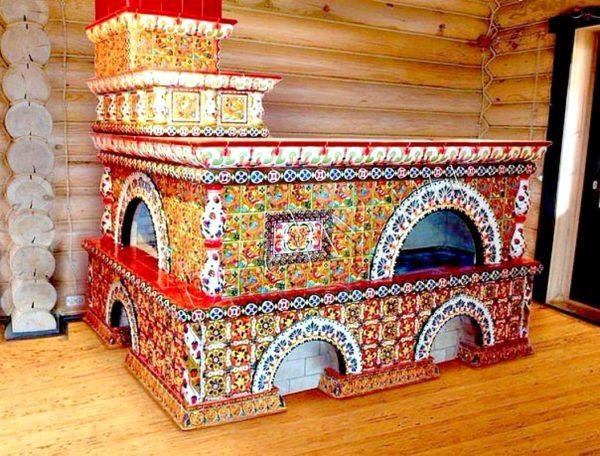 Русские печи, отделанные изразцами, — это настоящие произведения искусства.