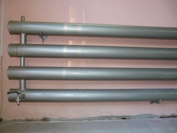 Самодельный обогреватель для гаража из радиаторас кранами для спуска воды и стравливания воздуха