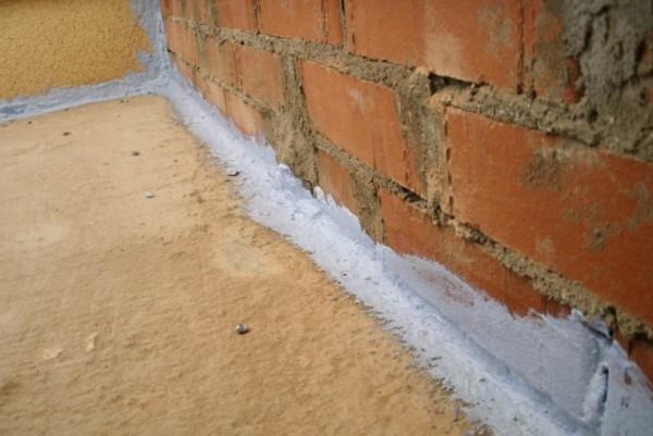 Щели и трещины – источник сквозняков, потому их нужно заделать