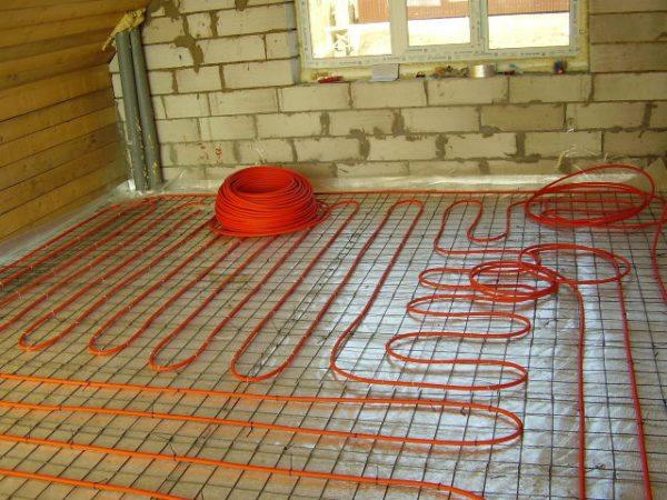 Система «теплый пол», установленная поверх пенопласта, позволит не только максимально утеплить пол, но и позволит частично или полностью отказаться от традиционных настенных радиаторов