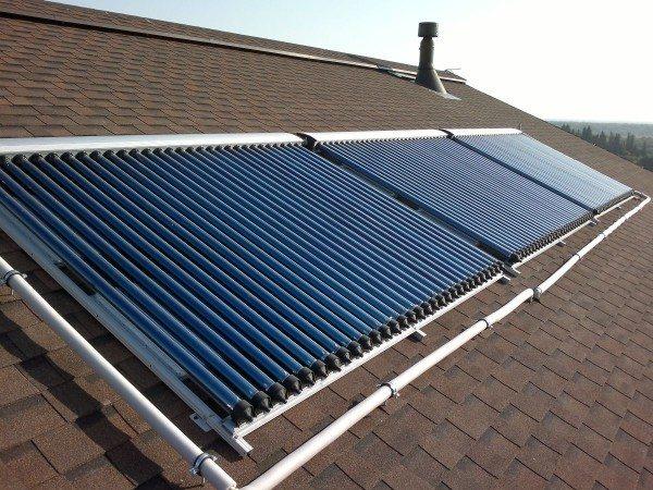 Скатная крыша с солнечными коллекторами.