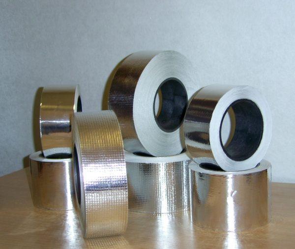 Скотч на основе из алюминиевой фольги.