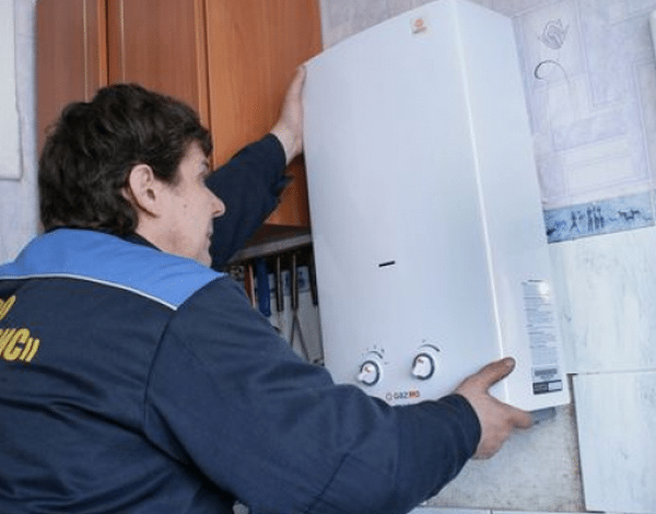Современные газовые колонки не отличаются большим весом, и снять её со стены может один человек