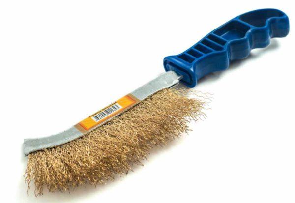 Специальная проволочная щетка поможет быстро удалить с поверхности металла ржавчину и краску