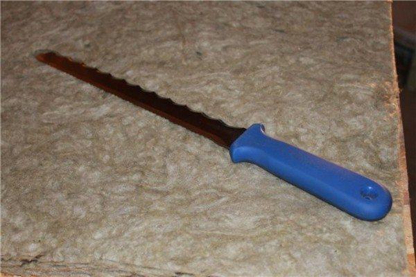 Специальный нож позволяет резать плиты идеально ровно