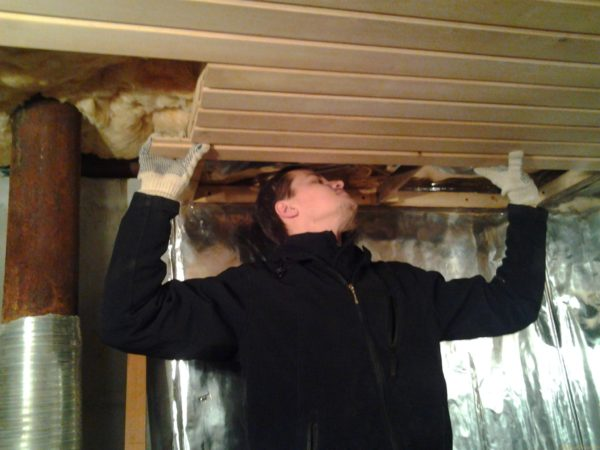 Спустя год в утепленной фольгой парилке начнут гнить деревянные конструкции за теплоизолирующим слоем.