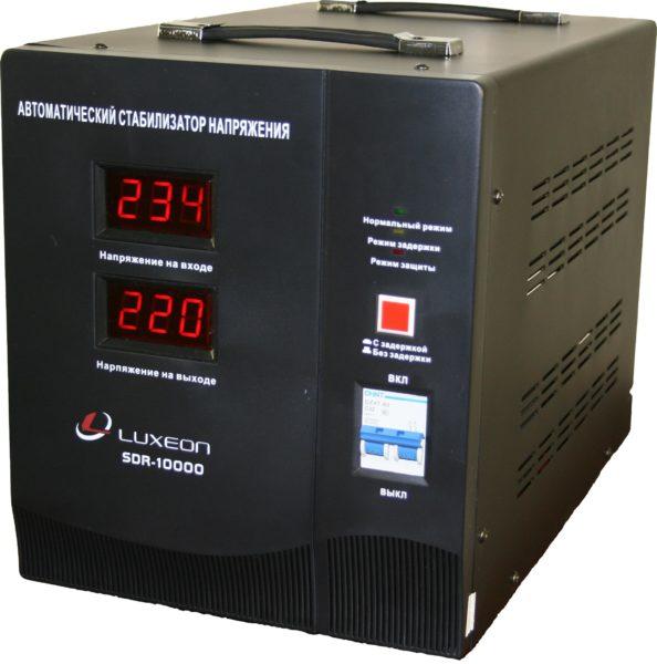 Стабилизатор поддерживает на выходе постоянное напряжение в 220 вольт при любых его колебаниях на входе.