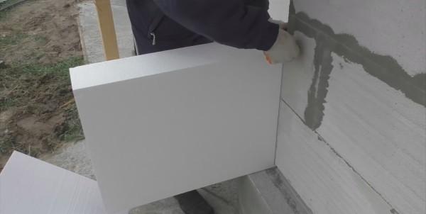 Стена может быть незначительно завалена, поэтому размечаем линию реза не по линейке, а по углу
