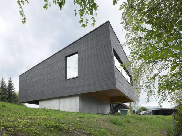 Стены дома на фото зачернены именно для того, чтобы поглощать как можно больше солнечного тепла.