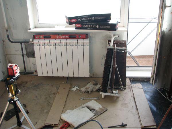 Стояки выполнены черной сталью. Ей же подключили новый радиатор. Решение надежное, но не самое долговечное.