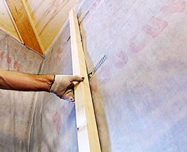 Стойки можно закрепить на стене при помощи подвесов