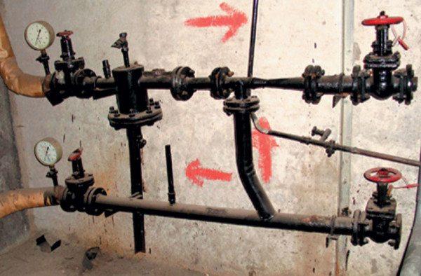 Стрелки указывают направление движения воды.