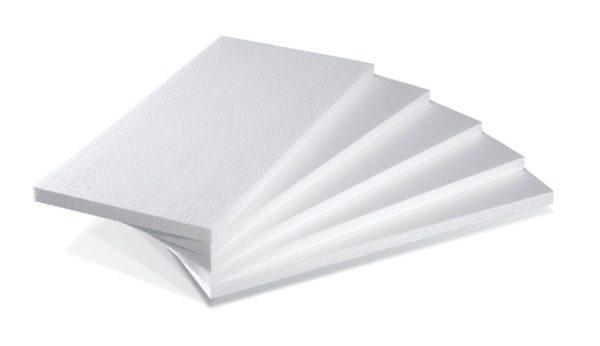Строительный пенопласт имеет ячеистую структуру и белую окраску.
