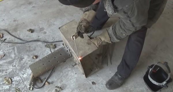 Свариваем камеру сгорания особо тщательно, чтобы в швах не было щелей