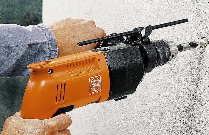Сверление бетонной стены с помощью перфоратора