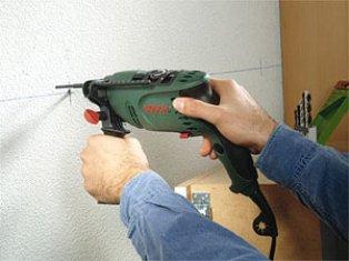 Сверли отверстия в стене