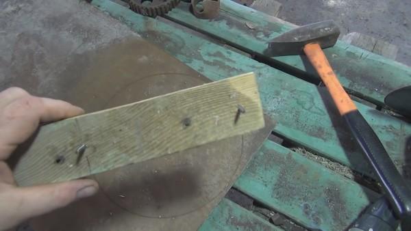 Такой циркуль можно собрать из подручных материалов
