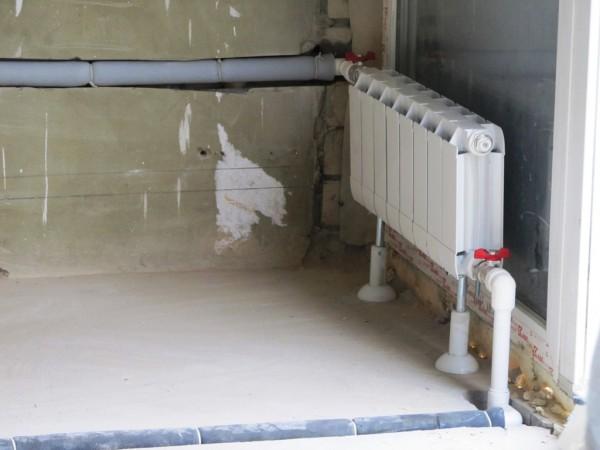 Теплоизоляция оправдана в тех случаях, когда чистовой пол надежно теплоизолирует помещение от стяжки. То же самое касается стен: гипсокартонный короб не даст скрытой подводке греть комнату.