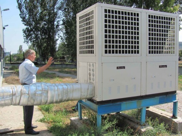 """Тепловой насос, работающий по схеме """"воздух-вода"""". Чем холоднее теплоноситель на выходе из теплообменника, тем дешевле обойдется отопление."""