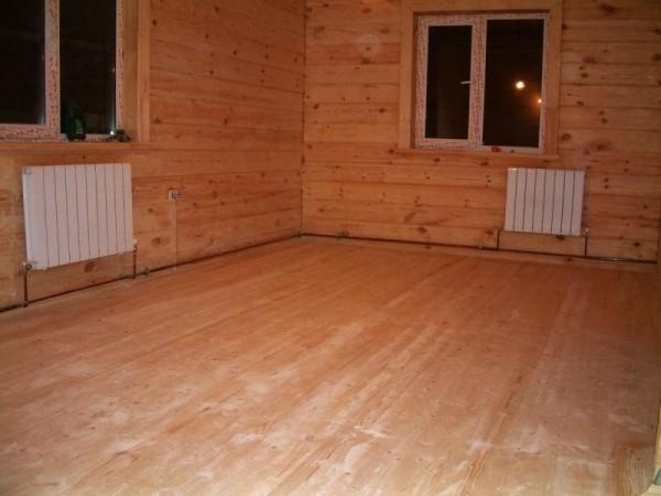 Теплый деревянный пол в деревянном доме.