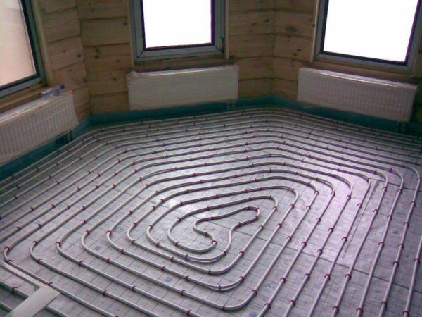 Теплый пол может сосуществовать с радиаторным отоплением. Он позволяет охладить обратку до оптимальных для конденсационного котла 30-40 градусов.