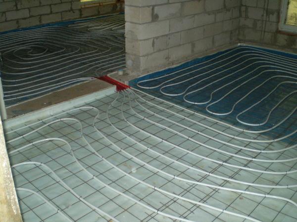 Теплый пол оптимально распределяет тепло в объеме помещения. В сочетании с тепловым насосом мы получим крайне экономичное и эффективное отопление.