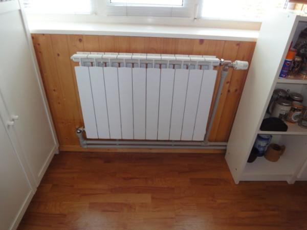 Термоголовка ставится так, чтобы не попадать в восходящий поток горячего воздуха от батареи.