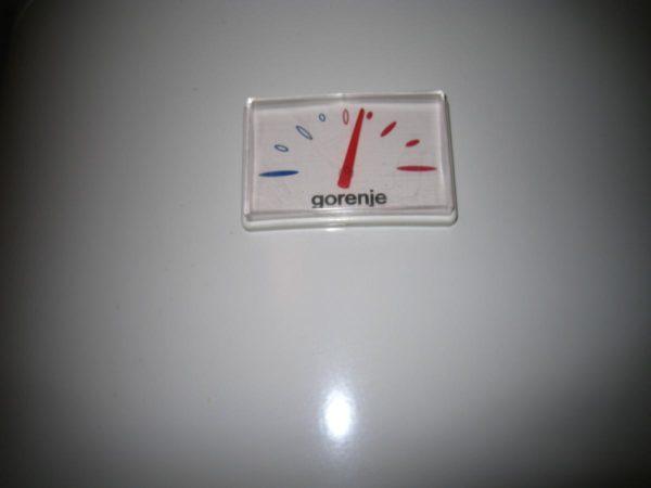 Термометр недорогого бойлера. Градусы в маркировке шкалы отсутствуют, поэтому нужная температура воды подбирается опытным путем.