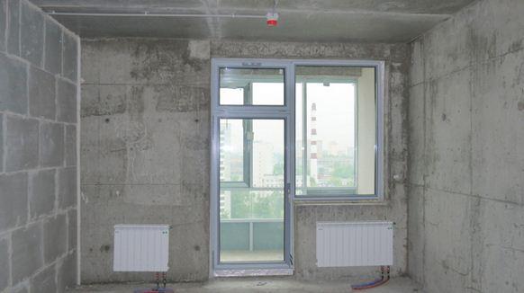 Типичная для новостройки картина: в одной комнате идет ремонт, другая временно пустует.