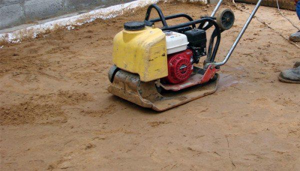 Трамбовать песок нужно очень тщательно