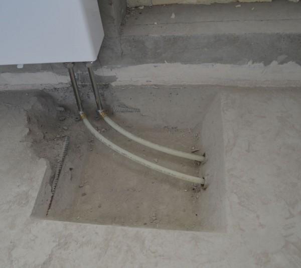 Трубу можно смело укладывать в стяжку. А вот соединения лучше было оставить выше уровня пола.